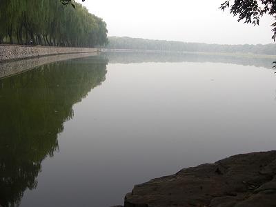 鏡みたいな人口湖