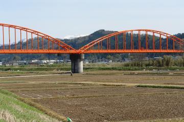 赤い橋と粟ヶ岳