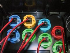 交換したボタンと配線用のコードをハンダで接続