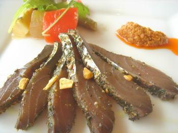カツオのエスニック風と野菜のマリネタプナードソース
