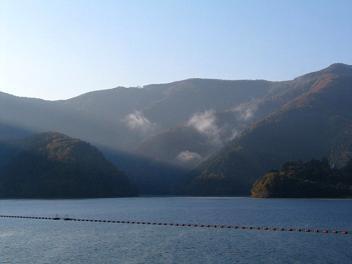 光さす湖面