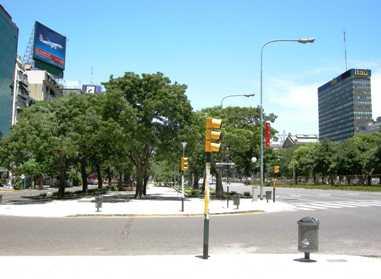 街で 信号とゴミ箱と