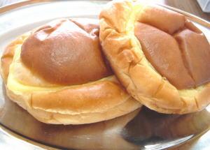 サフランのクリームパン。