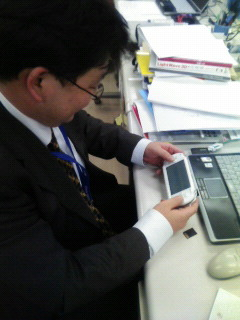 アキラ先生、ゲーム中。