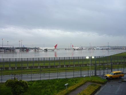 雨の関西国際空港-1
