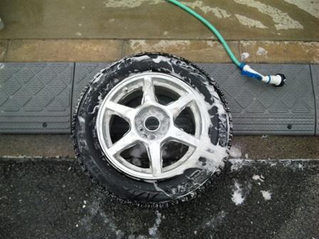 外したタイヤを洗う