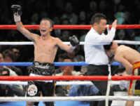 11回、内藤(左)は山口にTKO勝ちし、ガッツポーズ