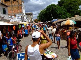 川沿いに市場