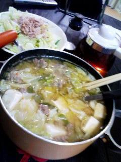 肉団子と野菜豆腐のみそ鍋・ツナサラダ