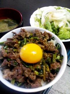 牛たま丼・サラダ・ほうれん草の大根の葉のお味噌汁