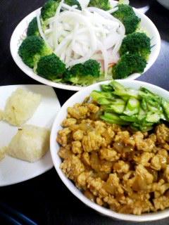 鶏肉のドライカレー丼・ブロッコリーとハムのグリーンサラダ・もっちりマッシュポテト
