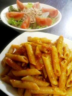 チーズトマトソースのペンネ・トマトとツナのグリーンサラダ