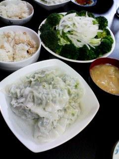 ブロッコリーのグリーンサラダ・油揚げと長ネギのお味噌汁・キャベツと椎茸の水ギョーザ・油揚げと椎茸の炊き込みご飯