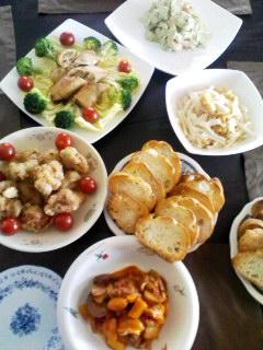 野菜たっぷりのラタトゥイユ・アボガドとエビとセロリのサラダ・大根と油揚げの梅和え・春巻き・唐揚げ・ガーリックトースト