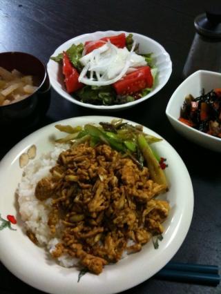 鶏ひき肉と長ネギのドライカレー・サラダ・大根と油揚げのお味噌汁・ひじき