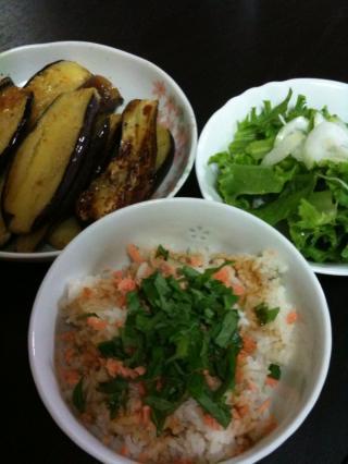 鮭と紫蘇ごはん・ナスのオリーブ焼き・サラダ