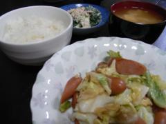 キャベツとウィンナーのにんにくバター炒め・ツナとブロッコリーの胡麻マヨ和え・豆腐とネギのお味噌汁