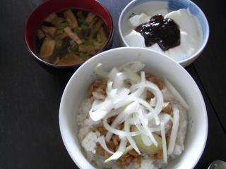 お味噌汁・納豆玉ねぎ丼・ブルーベリーヨーグルト