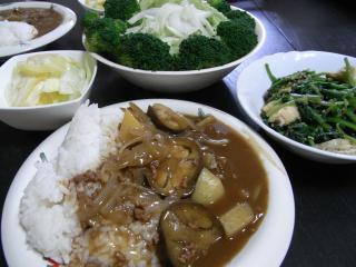 ナスカレー・グリーンサラダ・ほうれん草と油揚げの煮物・キャベツの漬物