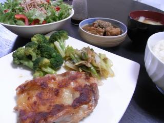 鶏もも肉のカリカリ焼き・ブロッコリーのアリオオリオ・ネギのオリーブ醤油焼き・白菜と油揚げのお味噌汁・パプリカのサラダ・厚揚げの胡麻煮