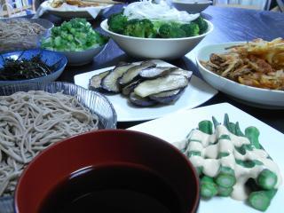 そば・かき揚げ(ソーセージ・人参・玉ねぎ)・サラダ・ナスのオリーブ焼き・オクラの醤油マヨ
