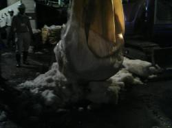 クレーンで雪を袋から出します