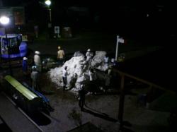 ほっきょくぐま館前の雪も山に積まれて・・・