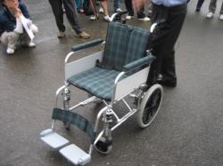 バッテリーとモーターつきの車椅子