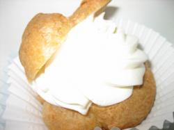 生クリームの下にカスタードクリームのダブルシュークリーム