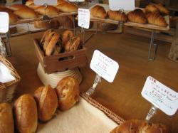 清潔感のあるお店には焼きたてパンがいっぱい♪