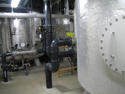 大きな濾過装置が2基で水を浄化しています