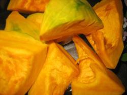 かぼちゃの種を取って、皮をむいてレンジへ