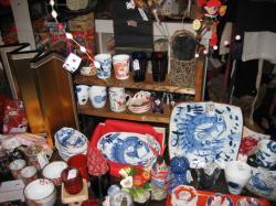 お店の中は陶器・雑貨・衣料品・バッグ・駄菓子がいっぱい