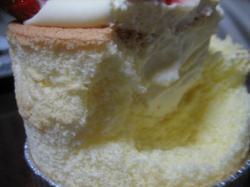 シフォンケーキの中はクリーム(^^)