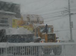 駐車場の除雪も忙しいですね