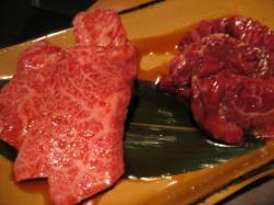 牛カルビ(左)と牛サガリ(右)どちらも893円(税込み)