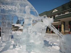 道草館前には氷のライダー(^^)
