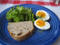 A・Bランチ共通の半熟玉子とサニーレタスのサラダ、クルミ入り田舎パン