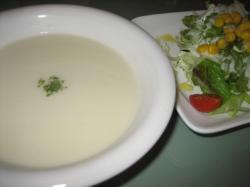 カリフラワーのスープとサラダ