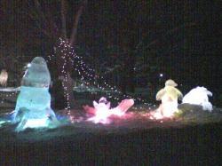 ライトアップされた氷彫刻
