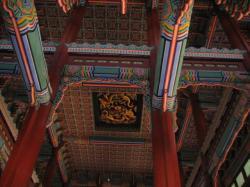 勤政殿の天井に黄金の龍