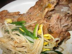 骨付き豚肉と野菜がたっぷり