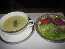 サツマイモのスープとサラダ