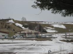 雪の残る丘に鯉のぼり