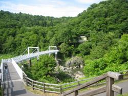 白い吊り橋