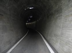 トンネルの中は涼しいです