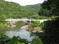 トンネルの向こうから吊り橋を見て
