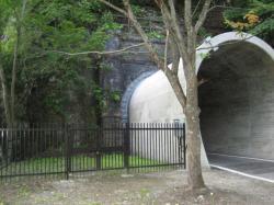 一回り小さくなってサイクリングロードのトンネルに