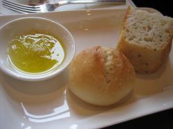 パンにはチーズ入りのオリーブオイル