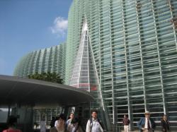 黒川紀章氏設計のガラスカーテンウォールが美しい建物